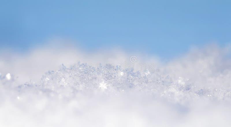 vele kristallen van sneeuwvlokken van diverse vormen en textuur flikkeren op zon op een duidelijke de winterdag tegen een blauwe  royalty-vrije stock afbeelding