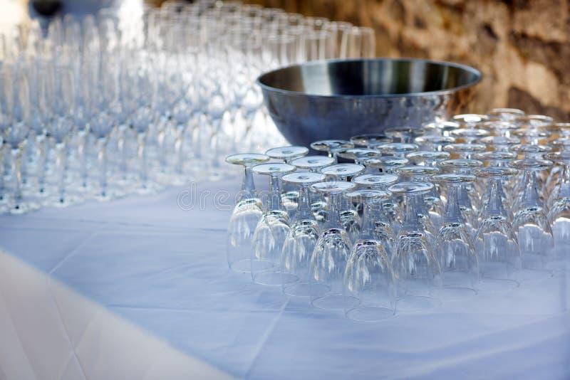 Vele lege champagneglazen in een lijn voor openluchthuwelijk stock afbeelding