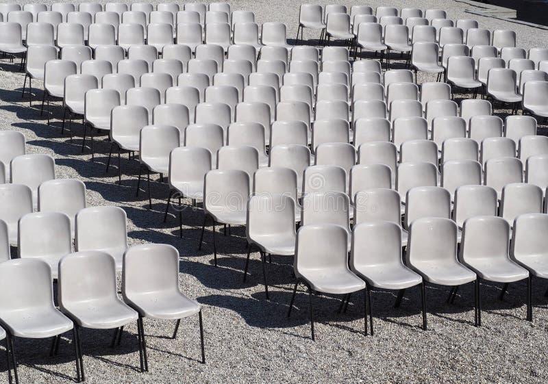 Vele lege plastic geometrisch geschikte stoelen Textuur en patroon royalty-vrije stock foto's