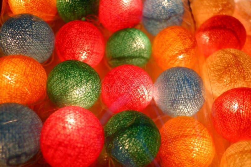 Vele lichte ballen op de benedenverdieping en het gloeien in de donkere nacht stock fotografie