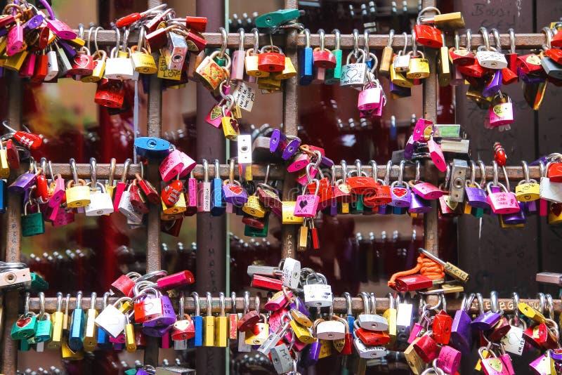 Vele liefdesloten op de poorten van Juliet huisvesten in Verona stock fotografie