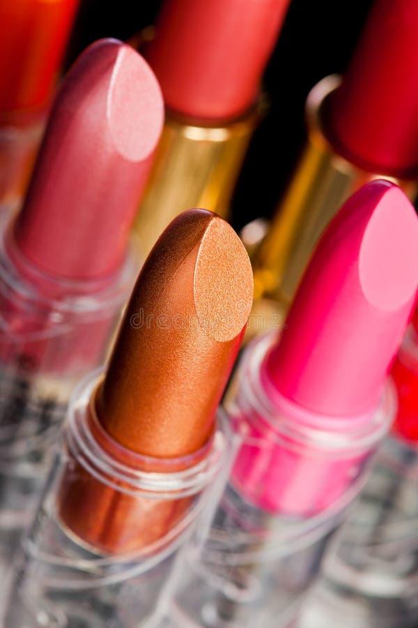 Vele lippenstiften op zwarte royalty-vrije stock afbeeldingen