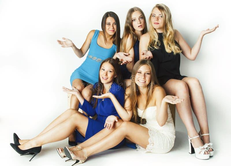 Vele meisjes die viering op witte achtergrond koesteren, glimlachend sprekende praatjeclose-up, het concept van levensstijlmensen royalty-vrije stock fotografie