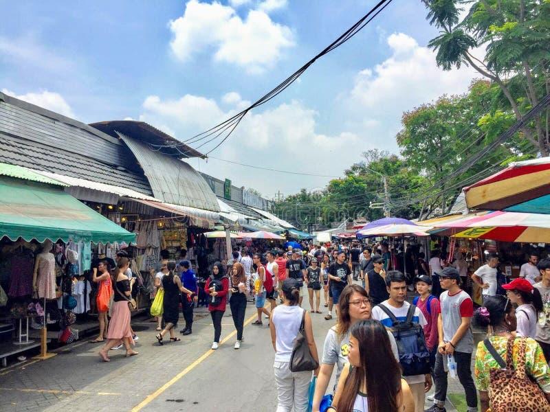 Vele mensen die de Chatuchak-Weekendmarkt onderzoeken stock fotografie