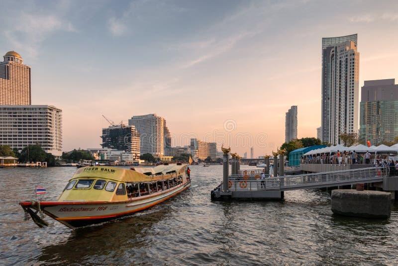 Vele mensen die door boot bij Chao Phraya-rivieroever reizen royalty-vrije stock foto