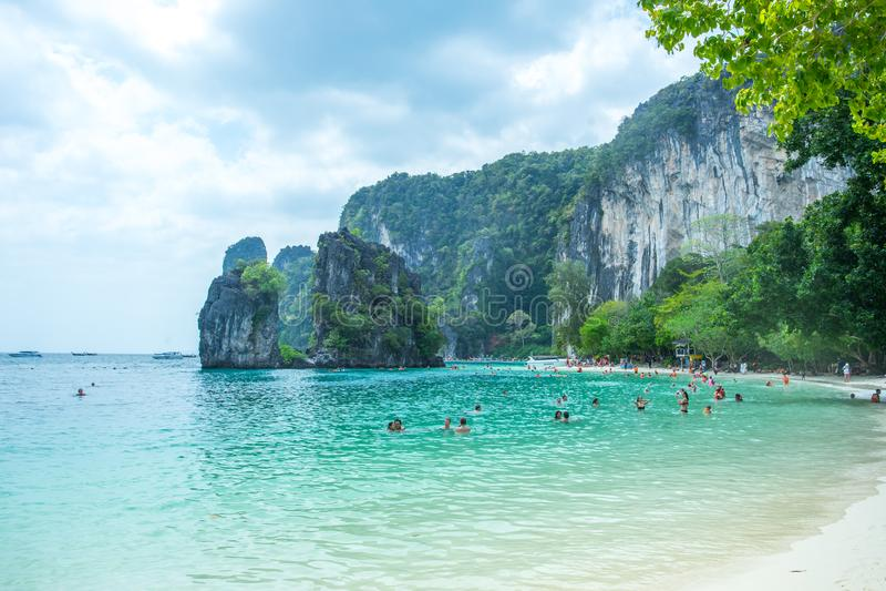 Vele mensen die en bij Railay-Eiland in Krabi-Provincie Thailand zwemmen ontspannen royalty-vrije stock afbeeldingen