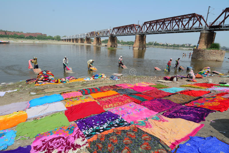 Vele mensen die kleren op de rivier wassen royalty-vrije stock afbeelding
