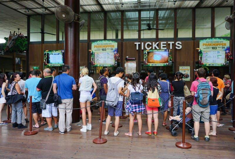 Vele mensen die op het kopen van kaartje aan de dierentuin in Singapore wachten stock afbeeldingen