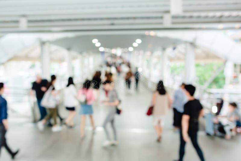 Vele mensen die op skywalk met onscherp beeld lopen stock foto's