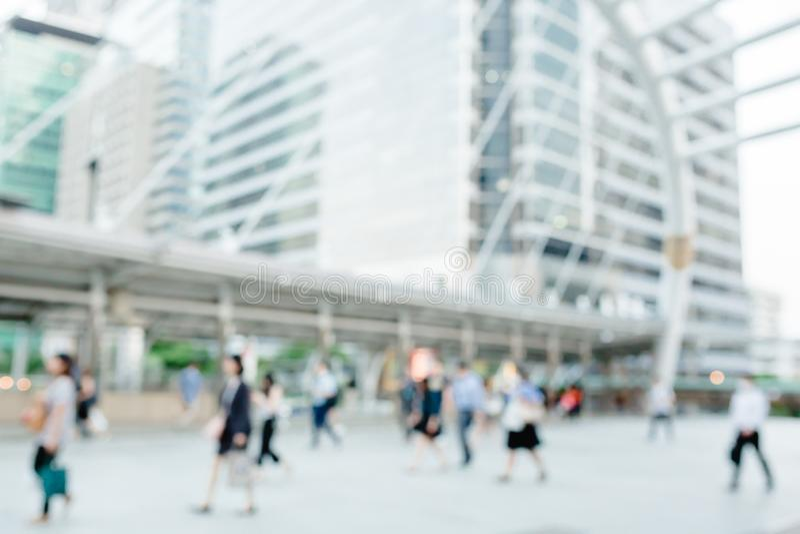 Vele mensen die op skywalk met onscherp beeld lopen royalty-vrije stock fotografie