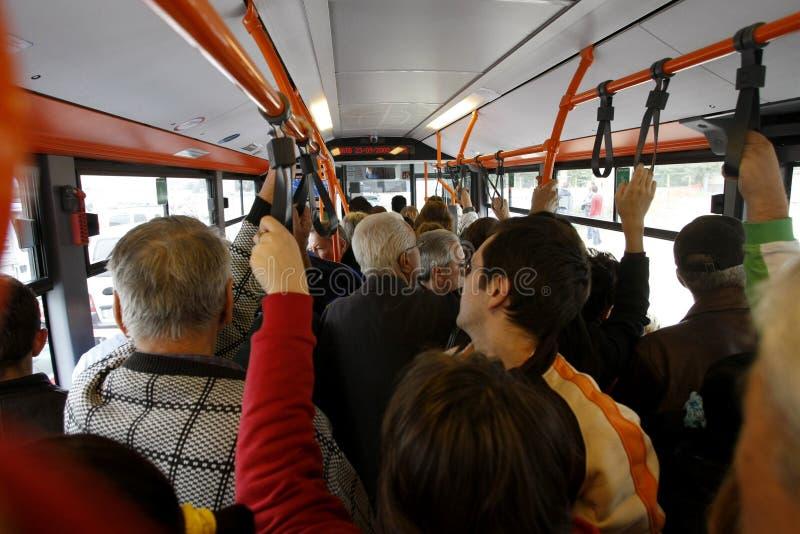 Vele mensen in overladen bus stock afbeelding