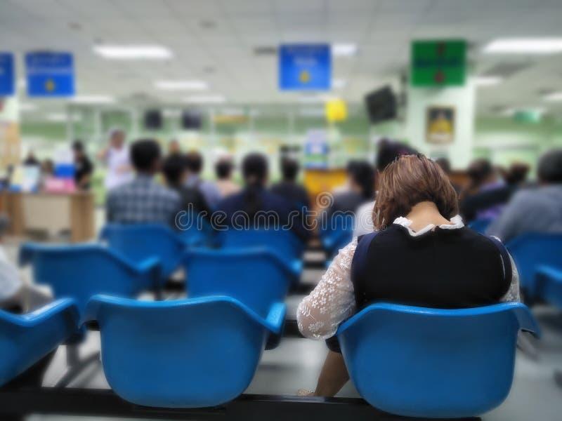 Vele mensen wachten medisch en gezondheidsdiensten aan het ziekenhuis, patiënten die behandeling wachten bij het ziekenhuis stock afbeeldingen