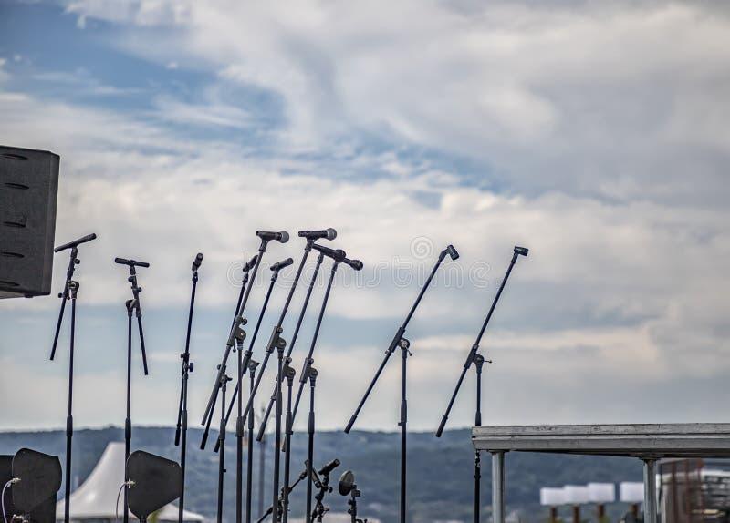 Vele microfoons op stadium stock foto