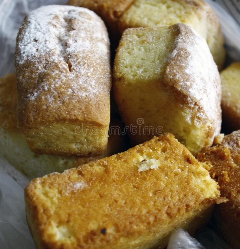 vele minidiecupcakes voor dessert met suiker wordt gepoederd - cupcake close-up royalty-vrije stock afbeelding