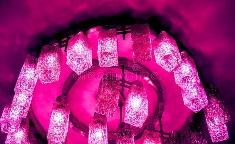 vele moderne plafondlampen met gouden ornament stock afbeeldingen