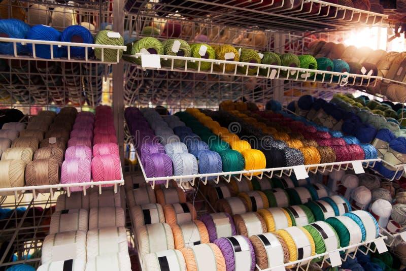 Vele multi-colored draden op de plank stock afbeeldingen