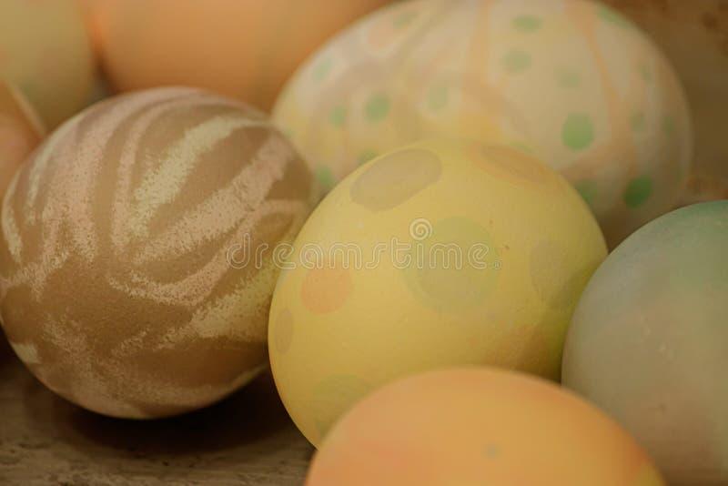 Vele multicolored eieren met verschillende die patronen voor Pasen worden verfraaid en worden geverft royalty-vrije stock afbeelding