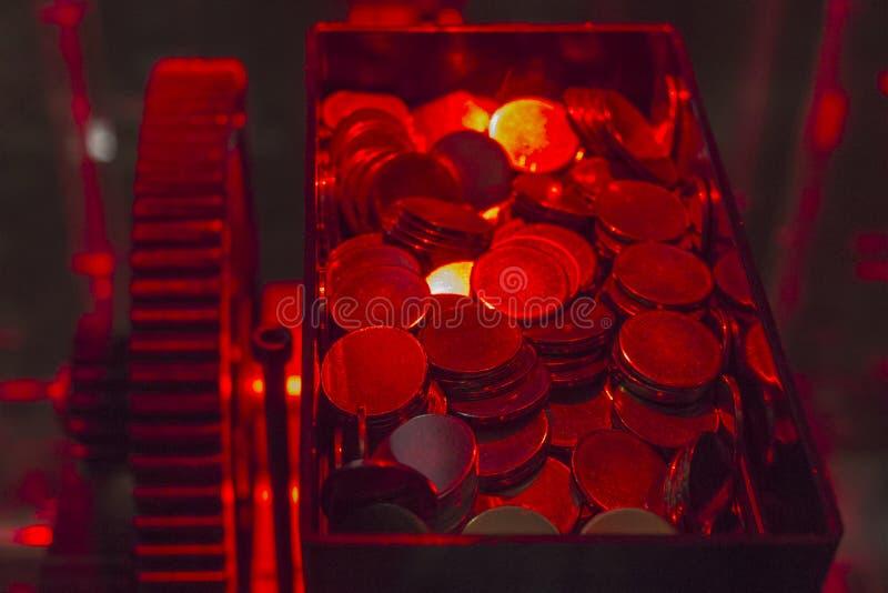 vele muntstukken in container binnen gokautomaat van casino royalty-vrije stock afbeeldingen
