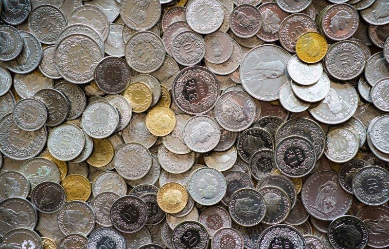 Vele muntstukken in verschillende Zwitserse frankbenamingen royalty-vrije stock fotografie