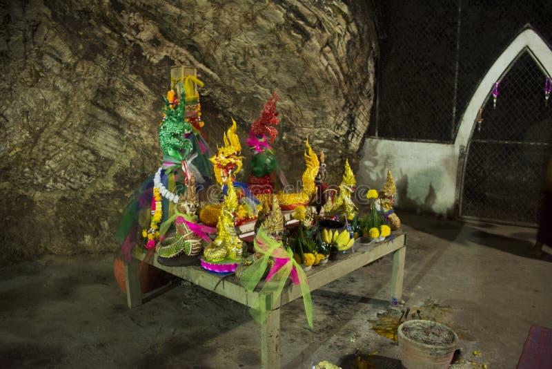Vele Naga-standbeelden in holen in Wat Khao Orr in Phatthalung, Thailand stock afbeeldingen