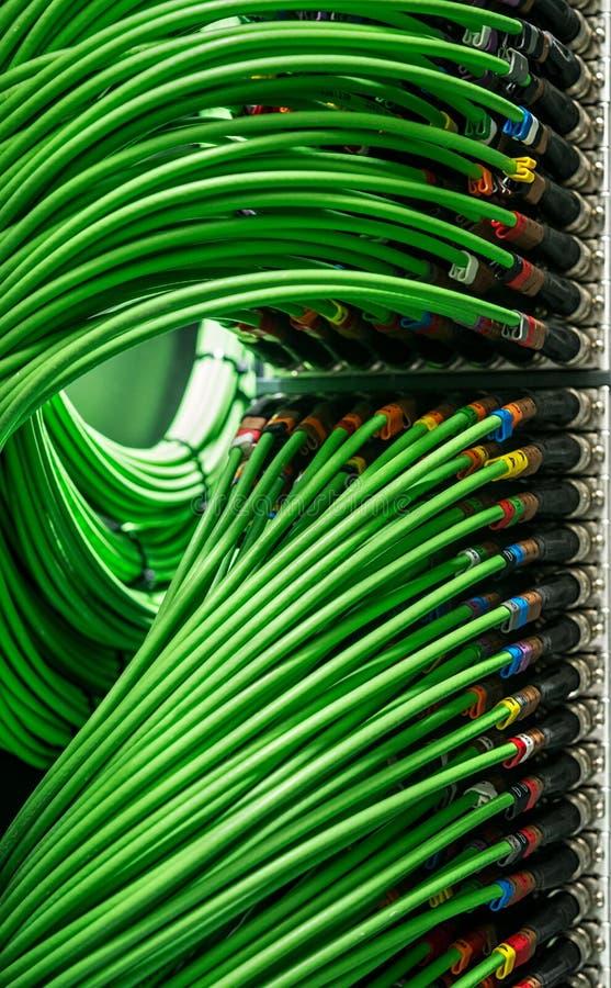 Vele netwerkdraden verbonden met de server stock foto