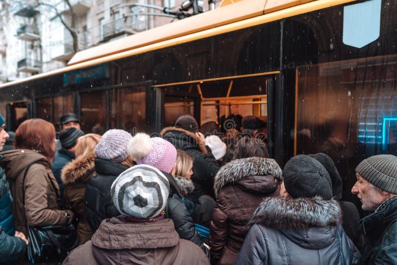 Vele niet geïdentificeerde mensen wachten op stadsvervoer bij de bushalte royalty-vrije stock fotografie
