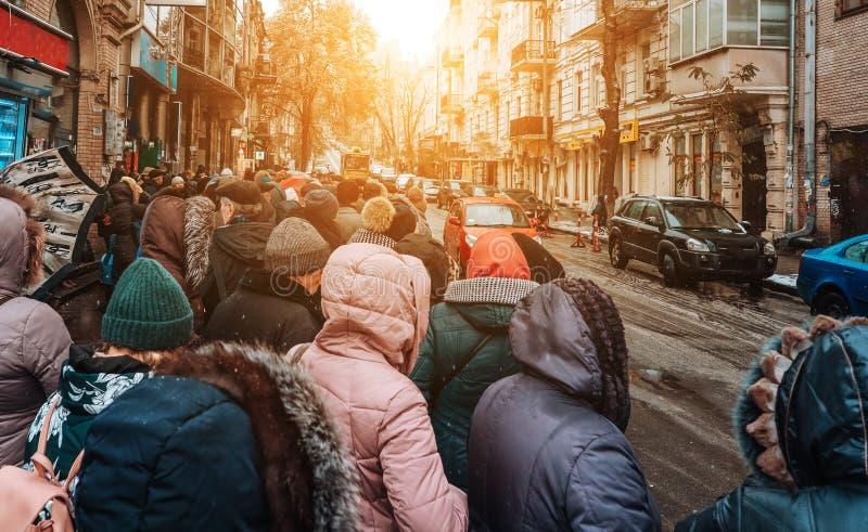 Vele niet geïdentificeerde mensen wachten op stadsvervoer bij de bushalte royalty-vrije stock foto