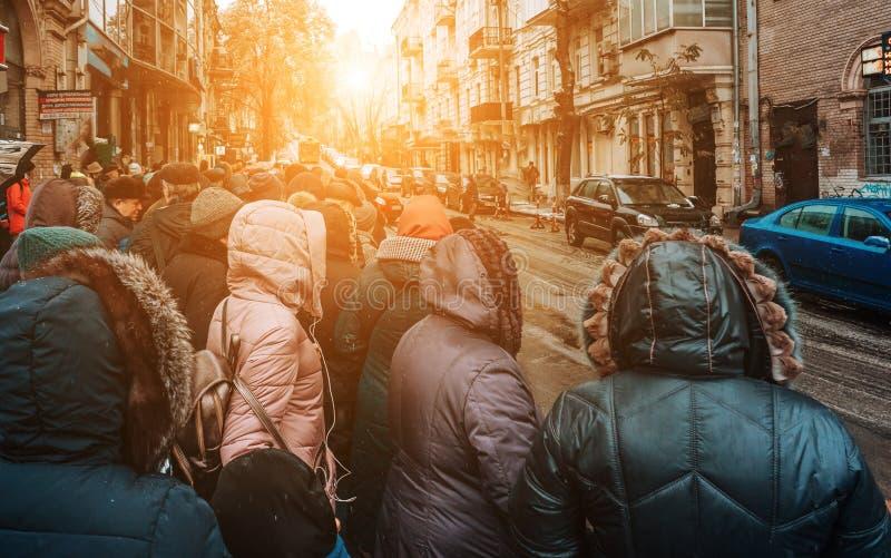 Vele niet ge?dentificeerde mensen wachten op stadsvervoer bij de bushalte royalty-vrije stock afbeelding