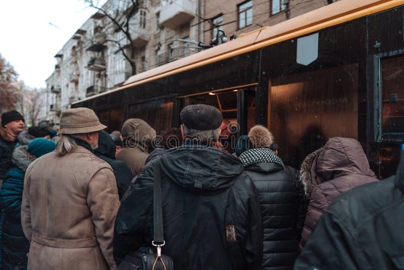Vele niet ge?dentificeerde mensen wachten op stadsvervoer bij de bushalte royalty-vrije stock foto