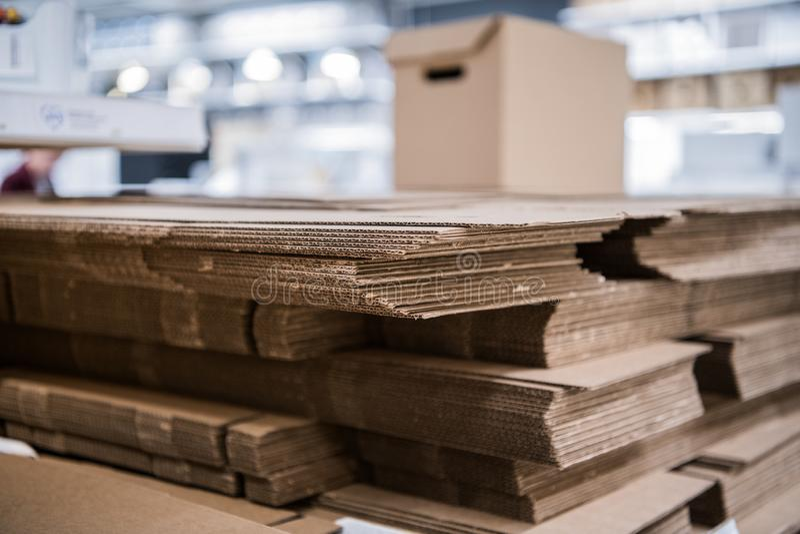 vele niet-geassembleerde dozen van het kartonpakket op voorraad dicht omhoog royalty-vrije stock foto's