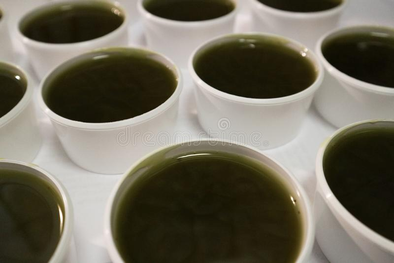 Vele nieuwe enkel gemaakte vloeibare zalven van de hennepwondzalf valms in kosmetische koppen stock afbeelding