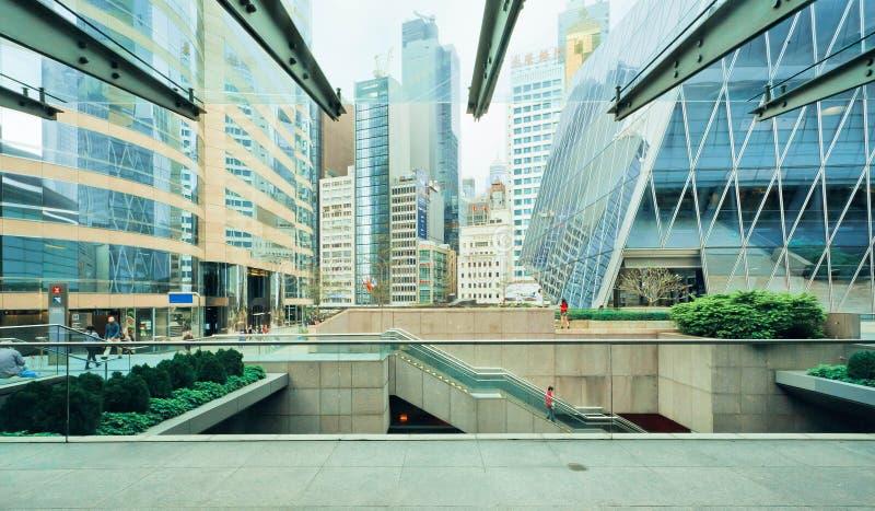 Vele niveaus van stedelijke scène met wolkenkrabbers binnen van de binnenstad van commerciële stad royalty-vrije stock foto