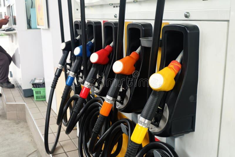 Vele olieautomaten in de Oliepost stock foto