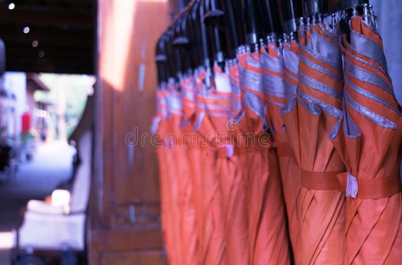 Vele oranje paraplu's zijn beschikbaar in wijnoogst stock afbeeldingen