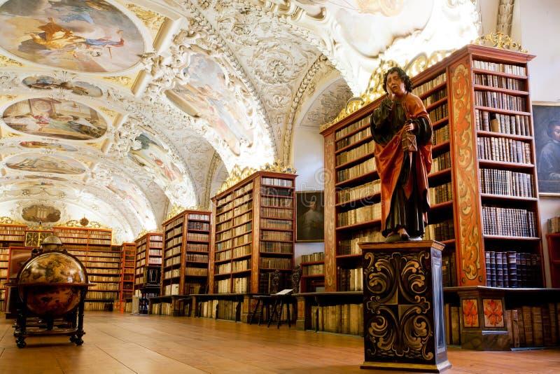 Vele oude boeken in de bibliotheek royalty-vrije stock afbeelding