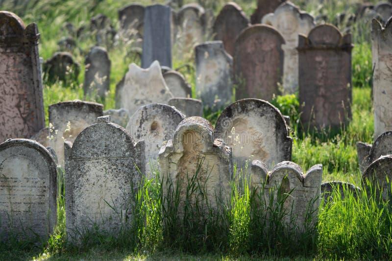 Vele oude grafzerken op een Joodse begraafplaats royalty-vrije stock foto