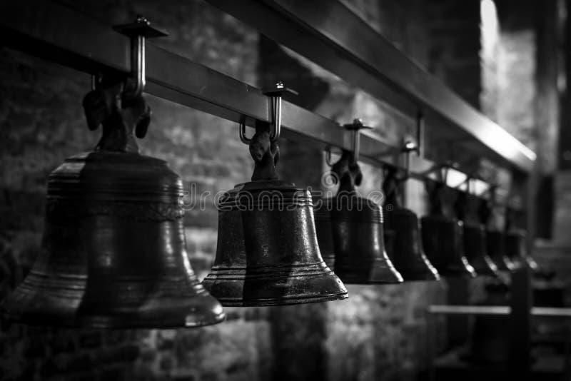 Vele oude op een rij gezien klokken Zwart-wit beeld De Klokketoren van Gent, België stock afbeeldingen