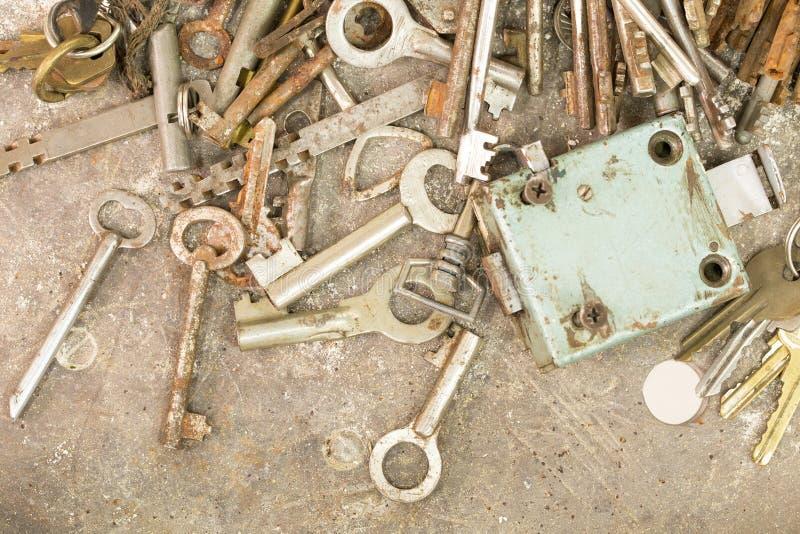 Vele oude sleutels en sloten royalty-vrije stock afbeelding