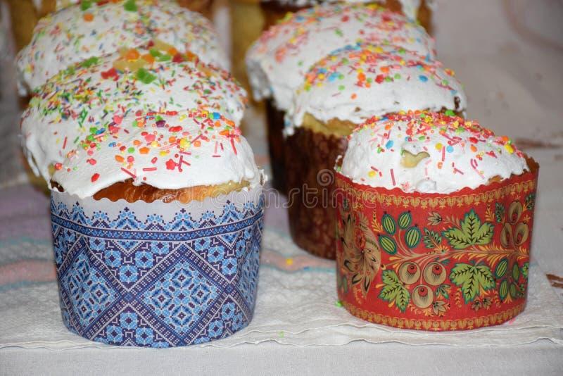 Vele Pasen-cakes op lijst royalty-vrije stock foto's