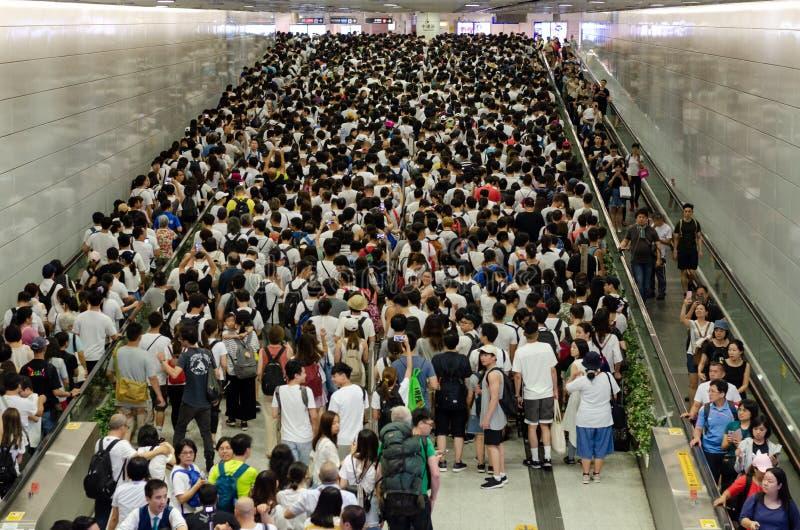 Vele passagiers die op MTR wachten leiden bij Centrale post op wanneer zij naar demonstratie gaan stock foto's