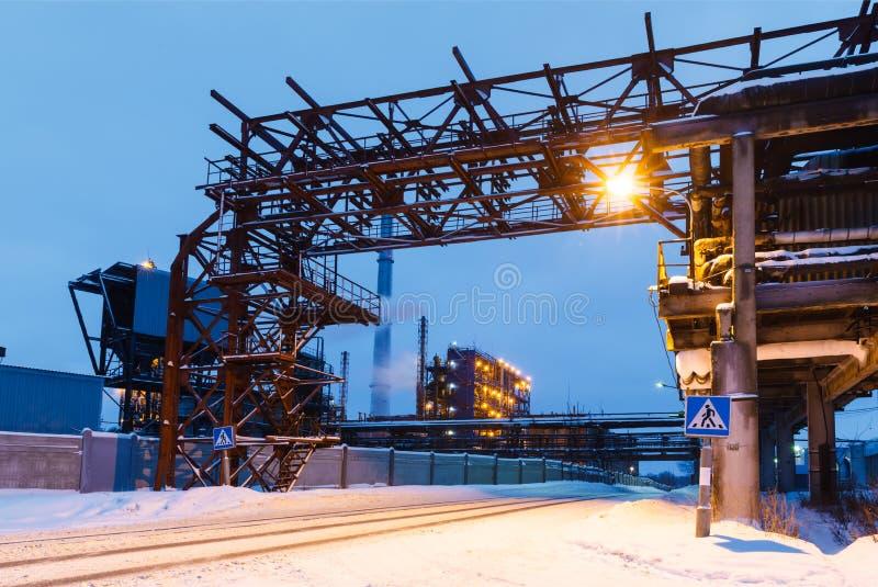 Download Vele Pijpen En Schoorstenen Met Industriële Toren Stock Foto - Afbeelding bestaande uit apparatuur, schemer: 54085980