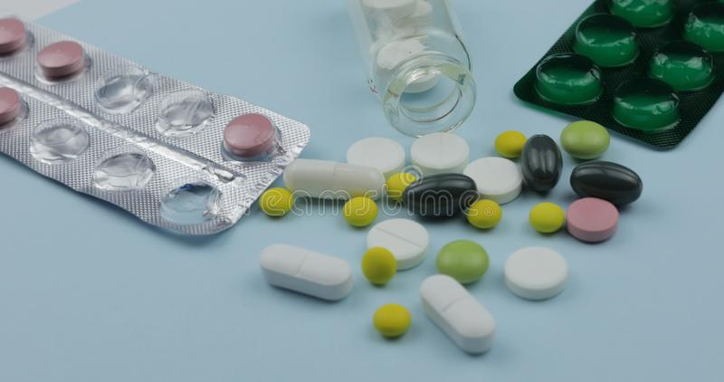 Vele pillen en drugs Pillen en tabletten, blaarpakken Achtergrond voor een uitnodigingskaart of een gelukwens stock foto's
