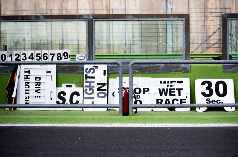 Vele raad voor motorsport het rennen controle in de steeg van de kringskuil royalty-vrije stock foto