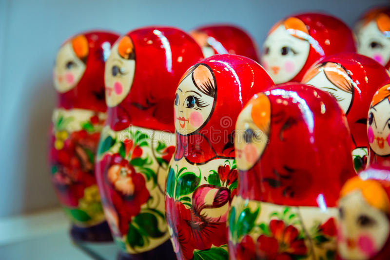 Vele rode op een rij geschikte babushkas royalty-vrije stock afbeelding