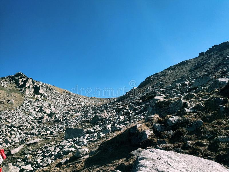 Vele Rotsen op de bovenkant van Berg van Himalayagebergte stock afbeelding