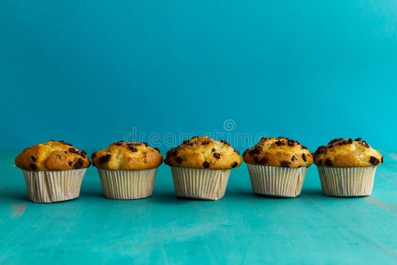 Vele smakelijke eigengemaakte vanillemuffins met chocoladebrokken op bri royalty-vrije stock afbeelding