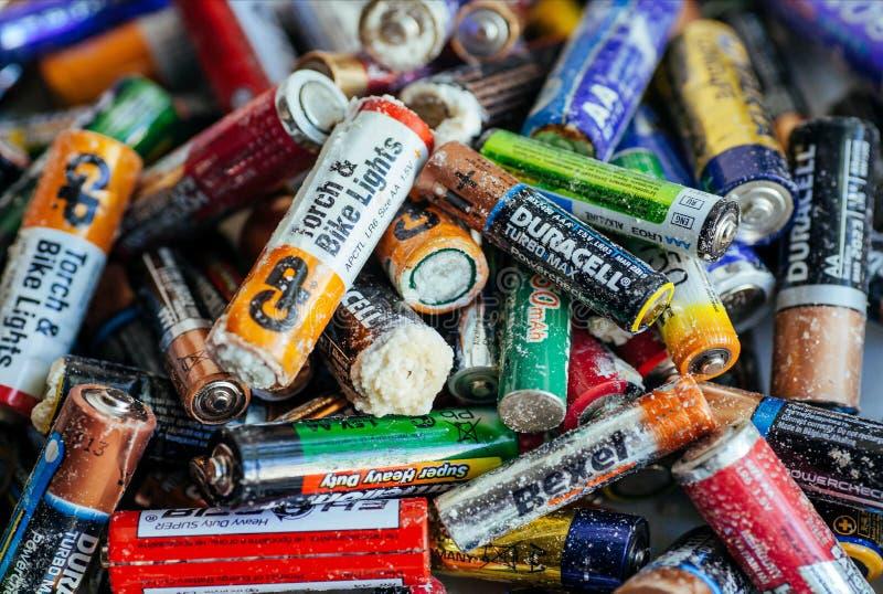 Vele soorten van verworpen batterijen met oxydatie, navulbare accumulatoren en gebruikte alkalische batterijen stock foto