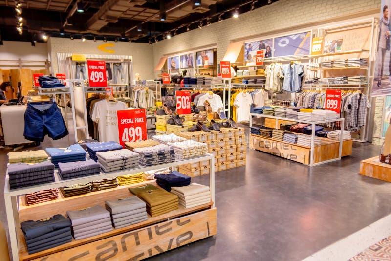 Vele stijlen van Kameelkleding vouwden keurig op de planken in de Kameeltoonzaal in het winkelcomplex Hua Hin van de Dorpsmarkt, stock foto's