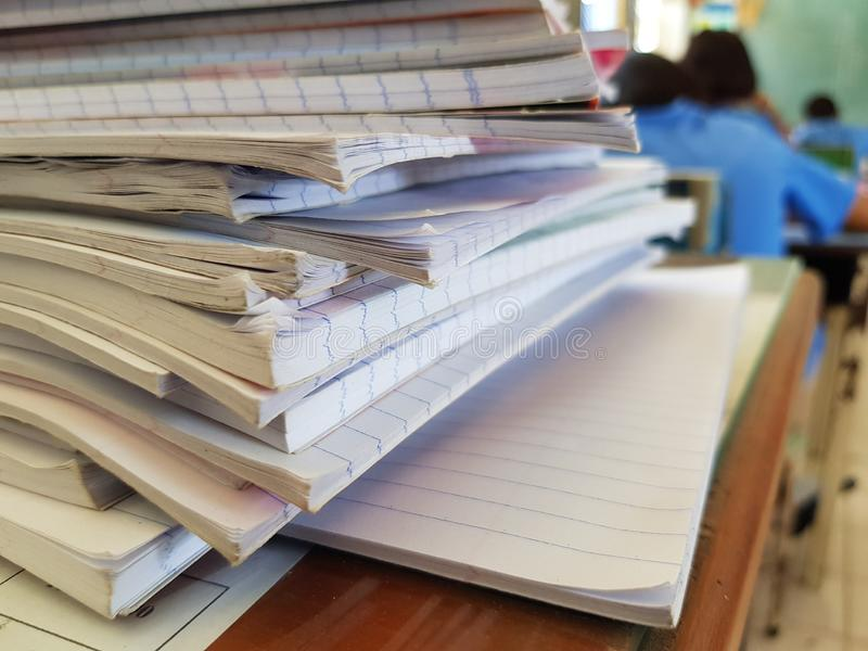 Vele student' s notitieboekje op de lijst stock foto
