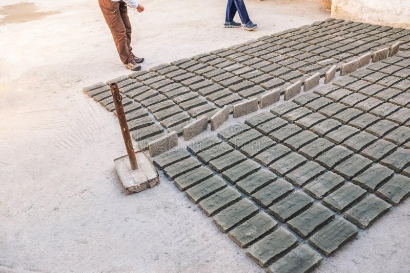 Vele stukken bakstenen die op de cementvloer leggen stock foto